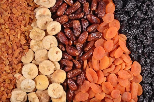 Różne suszone owoce w tle