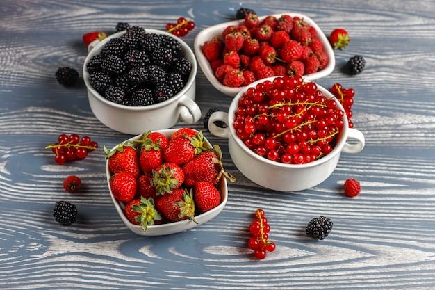 Różne świeże letnie jagody, jagody, czerwona porzeczka, truskawki, jeżyny, widok z góry.