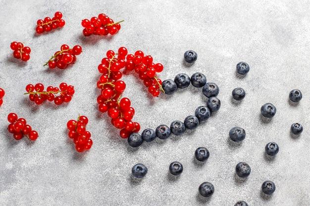 Różne świeże letnie jagody, jagody, czerwona porzeczka, widok z góry.