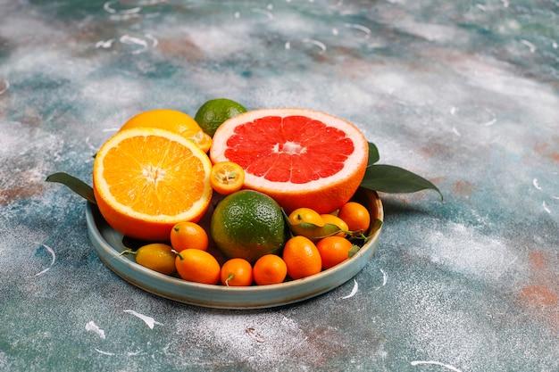 Różne świeże owoce cytrusowe, cytryna, pomarańcza, limonka, grejpfrut, kumkwaty.