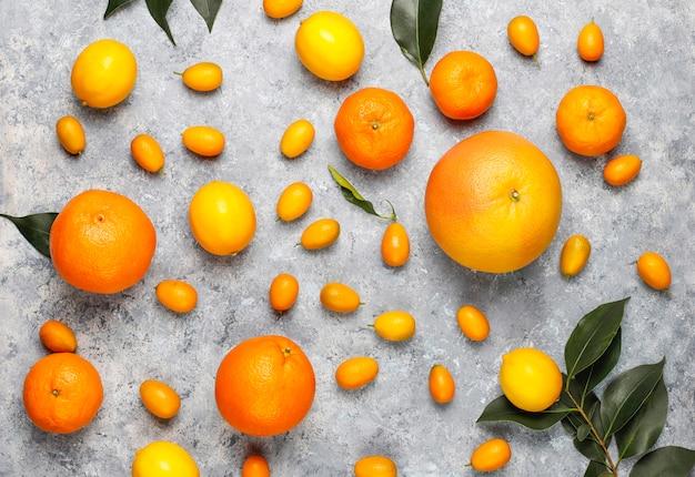 Różne świeże owoce cytrusowe, cytryna, pomarańcza, limonka, mandarynka, kumkwat, grejpfrut świeży i kolorowy, widok z góry