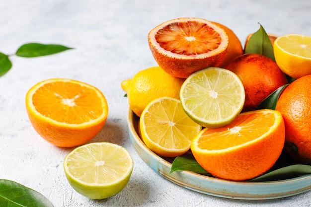 Różne świeże owoce cytrusowe
