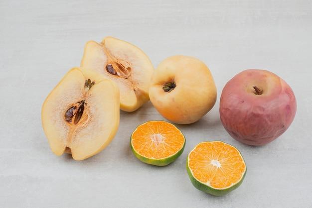 Różne świeże owoce na białej powierzchni