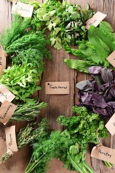 Różne świeże zioła na drewnianym stole