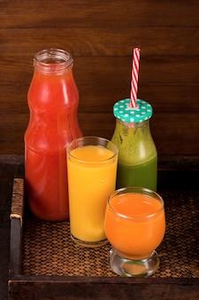 Różne świeżo Wyciskane Soki Z Owoców I Warzyw Premium Zdjęcia