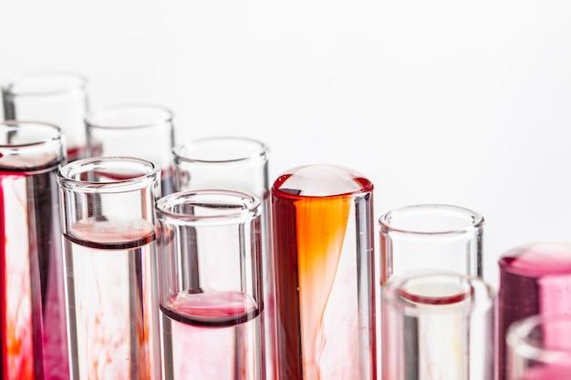 Różne szklane naczynia laboratoryjne z kolorowych płynów z bliska