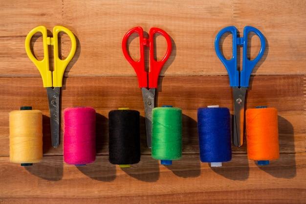 Różne szpulki nici i nożyczki