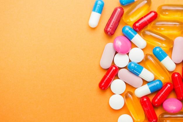 Różne tabletki farmaceutyczne, tabletki i kapsułki i butelki