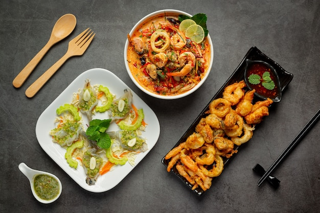 Różne tajskie pikantne potrawy z owoców morza