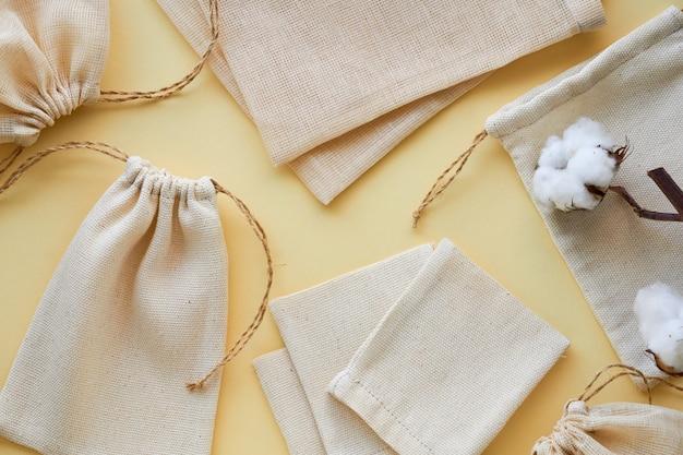 Różne torby bawełniane wielokrotnego użytku na jasnym tle