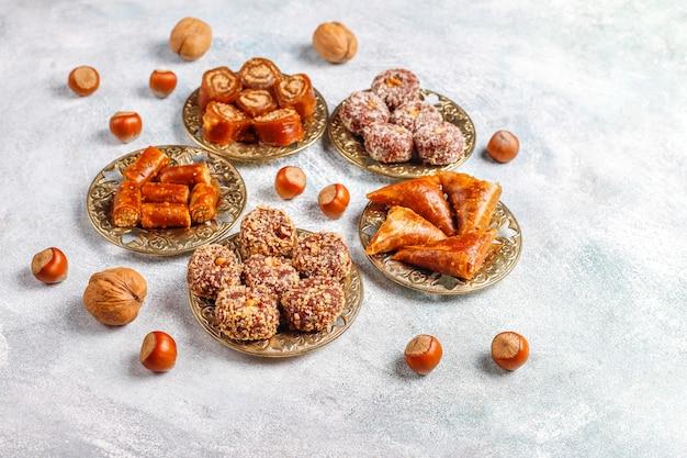 Różne tradycyjne tureckie przysmaki z orzechami