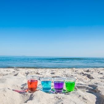 Różne trunki w strzały na plaży