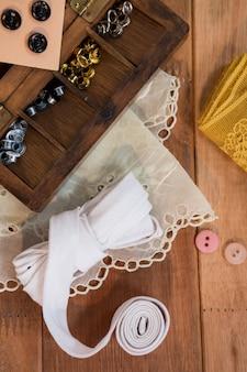 Różne typy przycisków z koronki tkaniny
