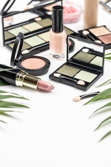 Różne ułożenie kosmetyków pod wysokim kątem
