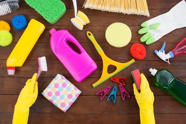 Różne urządzenia czyszczące rozmieszczone na drewnianej podłodze