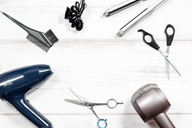 Różne urządzenia do układania włosów na białym tle, widok z góry