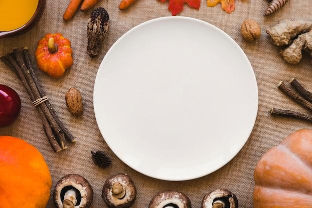 Różne warzywa i laski wokół płyty