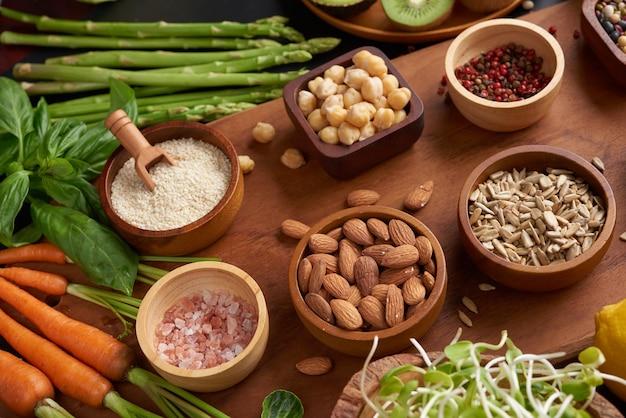 Różne warzywa i orzechy na stole. widok z góry na płasko.