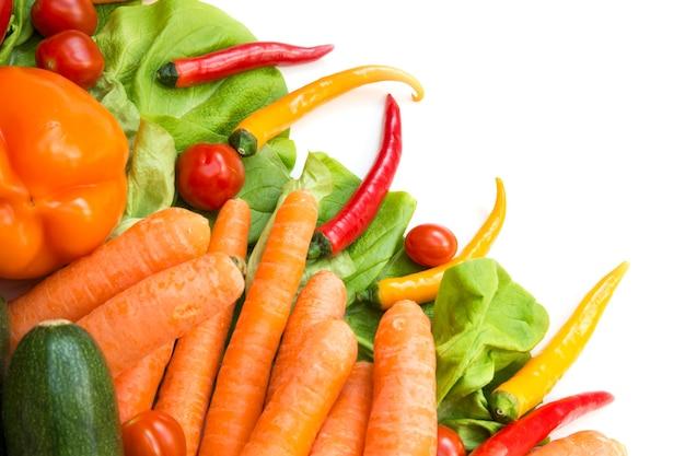 Różne warzywa jako tło na białym tle.
