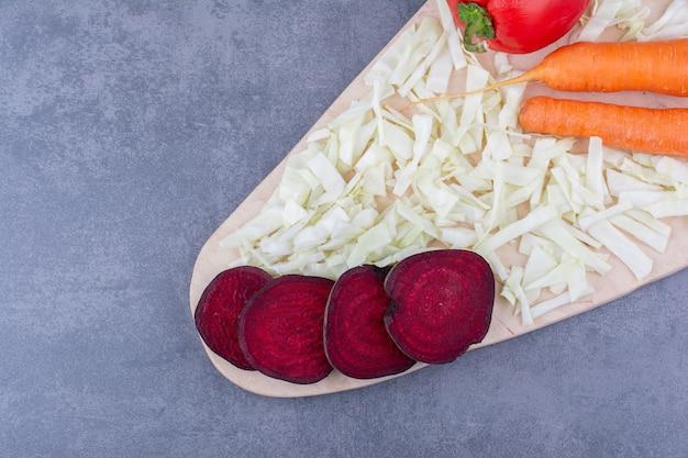 Różne warzywa na białym talerzu