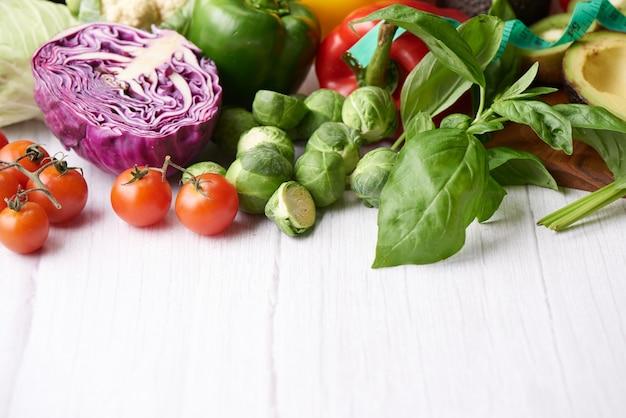 Różne warzywa na stole. widok z góry na płasko.