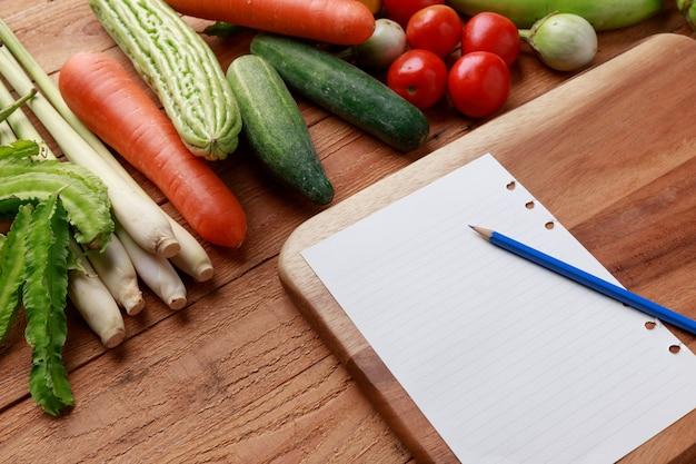 Różne warzywa, przyprawy i składniki na kartce papieru