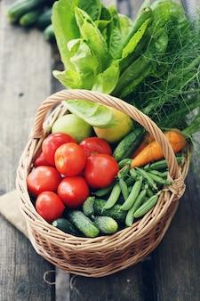 Różne warzywa w dużym koszu. widok z góry