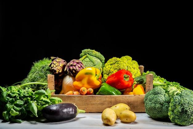 Różne warzywa zimowe na czarnym tle tabeli