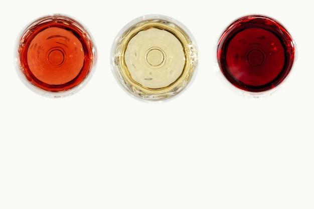 Różne wina w szkle. widok z góry czerwonego, różowego i białego wina na jasnym tle. b