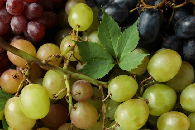 Różne winogrona na całym tle, z bliska
