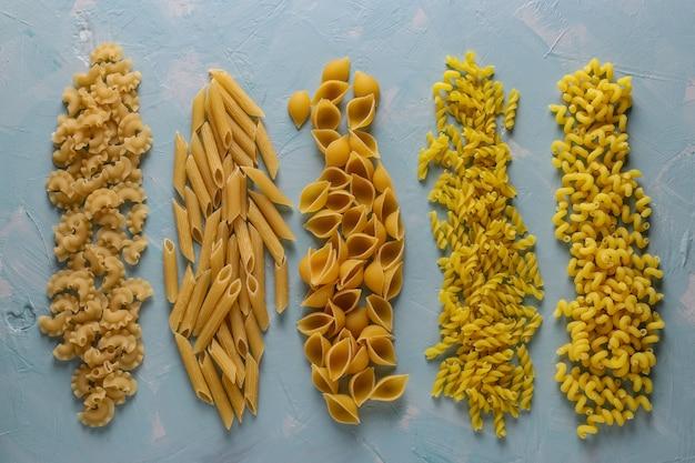 Różne włoskie makarony.