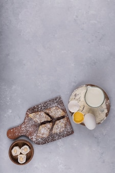 Różne wypieki i składniki na stole
