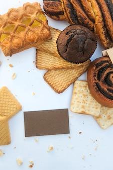 Różne wyroby cukiernicze z białą pustą wizytówką