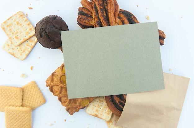 Różne wyroby cukiernicze z pustą listą papieru