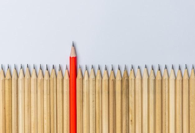 Różne wyróżniające się ołówki pokazują przywództwo.