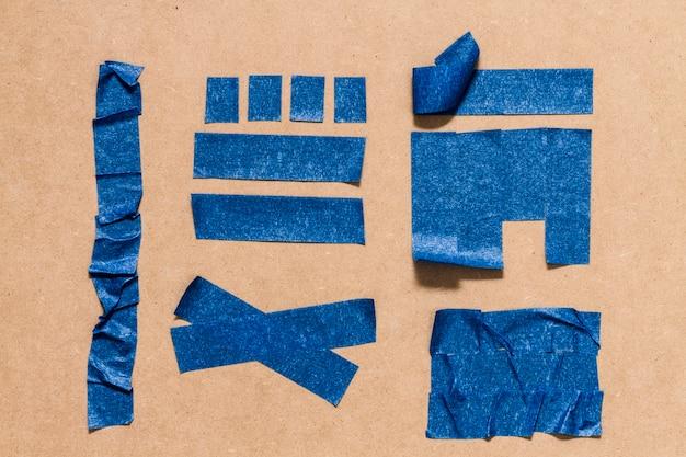 Różne wzory z klejącej niebieskiej tapety
