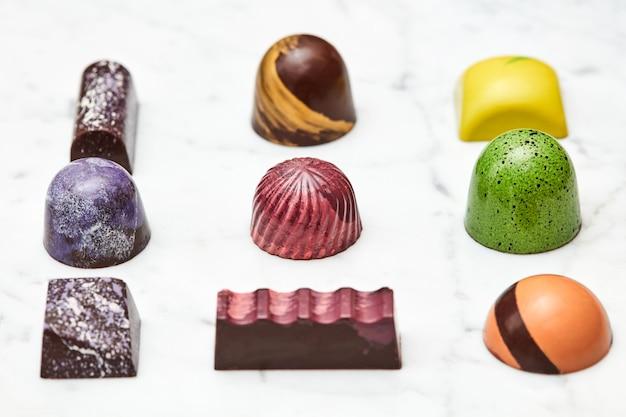 Różne z różnych cukierków czekoladowych, na białym marmurze