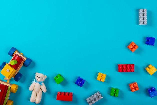 Różne zabawki dla dzieci na niebieskim tle.