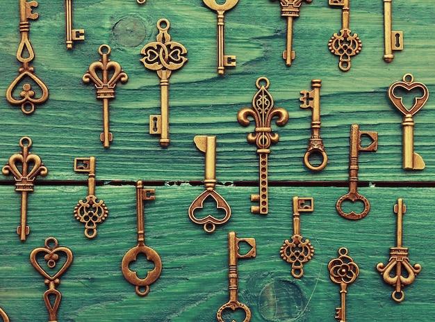 Różne zabytkowe klucze na drewnianej powierzchni