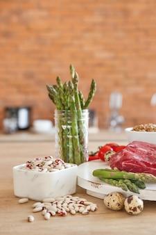 Różne zdrowe jedzenie na stole w kuchni