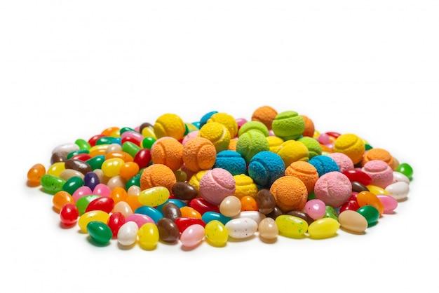 Różne żelki cukierki na białym tle