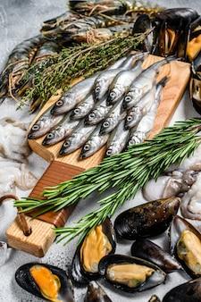 Różne zestawy świeżych krewetek tygrysich z owoców morza, krewetki, małże, ośmiornice, sardynki, pachnące. widok z góry.