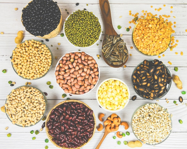 Różne ziarna fasoli mieszają groszek z naturalnym zdrowym jedzeniem do gotowania składników