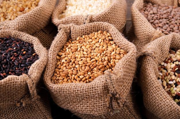 Różne ziarna i ryż w worku