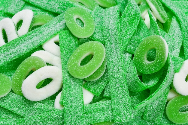 Różne zielone tło gummy cukierki. widok z góry. galaretki.