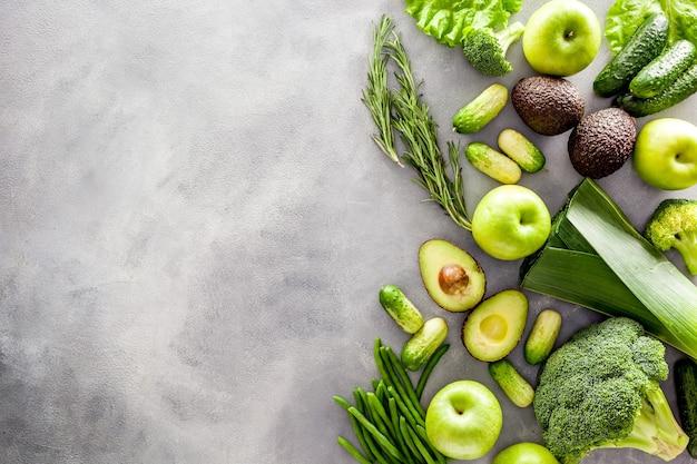 Różne zielone warzywa do sałatek lub koktajli