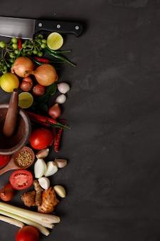 Różne zioła, przyprawy i składniki w ciemności. widok z góry