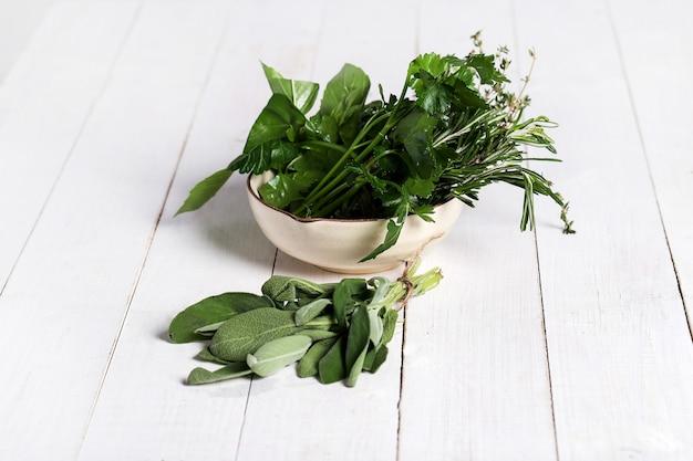 Różne zioła w misce