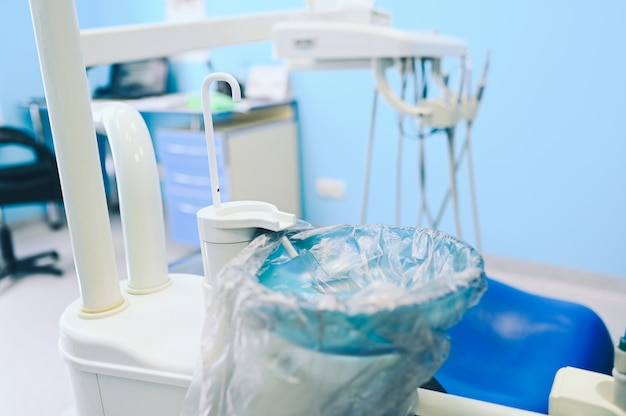 Różnego profesjonalnego sprzętu dentystycznego, narzędzi i narzędzi w gabinecie stomatologicznym.