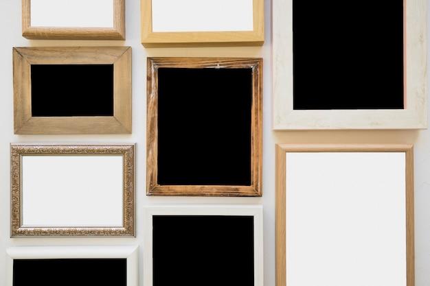 Różnego rodzaju puste ramki na zdjęcia na ścianie